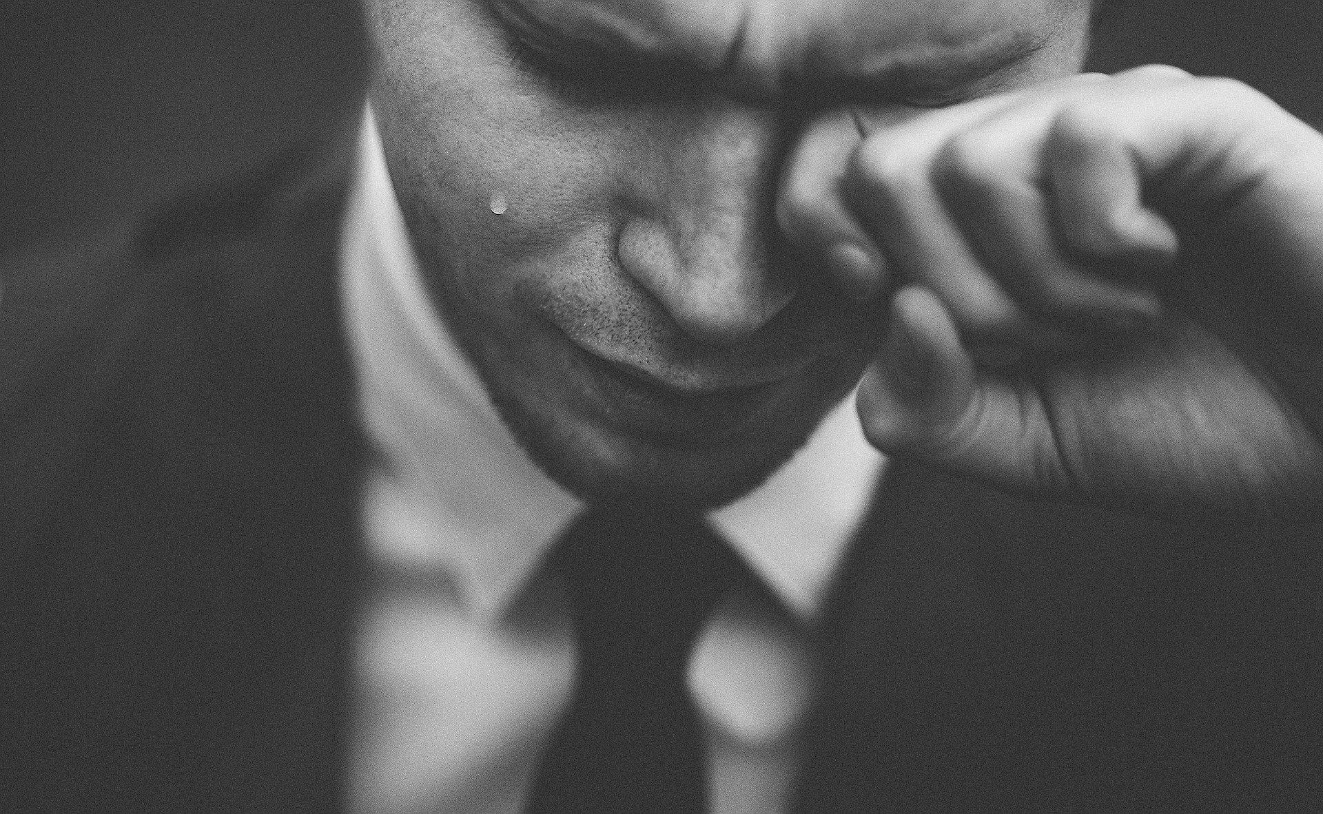 Mann weint